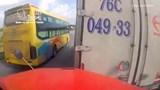 Clip: Container 'toác' đầu sau cú tông kinh hoàng đuôi xe tải