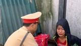 CSGT Hà Nội giúp bé gái 13 tuổi đói lả bên đường về với gia đình