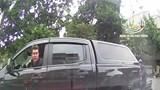 Video: Tài xế xe bán tải nhổ nước bọt vào ô tô quay đầu