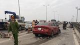 Hà Nội: Xế hộp mất lái đâm bay dải phân cách trên cầu Thanh Trì