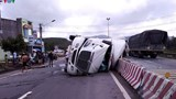 Bình Định xảy ra 2 vụ lật xe container trong cùng ngày