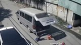 [Video] Xe chở học sinh làm rơi 3 cháu nhỏ xuống đường