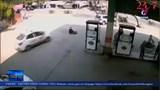 Người bán hàng rong thoát chết dưới gầm taxi