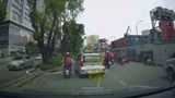 Clip: Taxi ép hai mẹ con cô gái đi xe máy vào dải phân cách