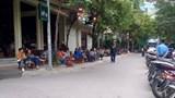 Hàng quán đua nhau lấn chiếm vỉa hè phố Hoàng Cầu