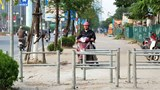 Lập hàng rào thép ngăn xe máy đi ngược chiều trên vỉa hè đường Tố Hữu