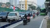 """Xe buýt BRT """"vật lộn"""" với phương tiện lấn làn"""