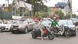 Ô tô cản trở giao thông trên phố Hoàng Cầu