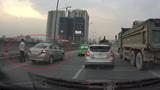 Cao tốc ở Hà Nội ùn ứ vì tài xế taxi đi vệ sinh giữa đường