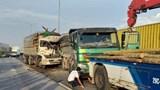 Đâm vào đuôi xe tải, 2 người tử vong trong cabin bẹp dúm