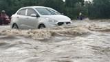 """Đường gom Đại lộ Thăng Long ngập nặng, các phương tiện vất vả """"bơi"""" trên đường"""