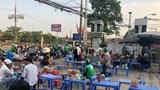 Hàng quán bủa vây cổng bến xe Nước Ngầm