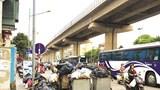 Tập kết rác cản trở giao thông trên đường Trần Phú (Hà Đông)