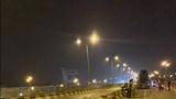 Xe bồn lao vào dải phân cách, húc văng 2 xe máy trên cầu Thanh Trì