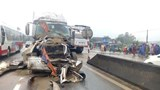 Xe tải bẹp dúm sau cú tông của xe container, tài xế nhập viện cấp cứu
