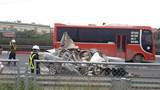 Clip: Ô tô biến dạng sau khi tông đuôi xe tải trên cao tốc Pháp Vân