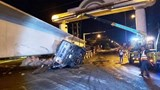 Xe đầu kéo chở dầm cầu siêu trường gây tai nạn trên Quốc lộ 1A