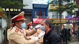 Cảnh sát giao thông Hà Nội phát khẩu trang cho người dân giữa tâm dịch nCoV