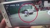 Đang đứng tranh cãi giao thông, 2 người đàn ông bị ô tô húc bay