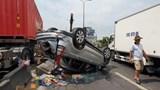 Xe ô tô lật ngửa sau khi va chạm với xe đầu kéo trên Quốc lộ 1A