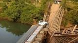 Xe tải chở hàng cho tập đoàn Hoàng Anh Gia Lai làm sập cầu bắc qua suối Púch