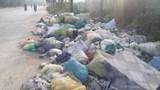 Lại xuất hiện tình trạng đổ trộm phế thải trên đường gom Đại lộ Thăng Long
