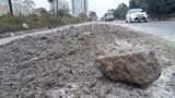 Bùn đất tràn đường gom Đại lộ Thăng Long