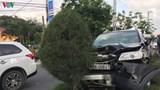 Ô tô nổ lốp lao lên dải phân cách, 5 người trong cùng gia đình được phen thót tim