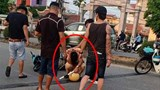 Cảnh sát giao thông ôm đầu sau cú lao xe của nam thanh niên