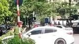 Tài xế điều khiển ô tô hất công an lên capô ở quận Cầu Giấy