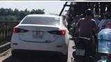 Tìm ra tài xế điều khiển ô tô Mazda đi trên cầu Long Biên