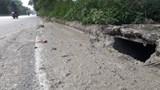 Đường gom Đại lộ Thăng Long lại chìm trong phân bùn bể phốt