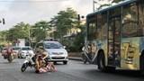Cảnh sát giao thông giúp người bị nạn thoát cơn nguy kịch