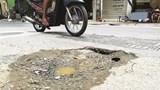 Mặt đường phố Thụy Khuê xuống cấp trầm trọng