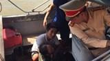 Cảnh sát đường thủy cứu người bị nạn trên sông