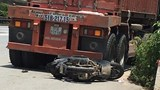 Tránh xe tải, người đàn ông đi xe máy lao thẳng vào gầm container