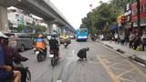 Hình ảnh người đàn ông lau chùi vết dầu loang trên đường Nguyễn Trãi nhận nhiều lời khen ngợi