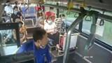 Cái kết đắng cho hành khách nhổ nước bọt vào nữ phụ xe buýt