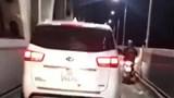 Xử phạt lái xe ô tô đi vào làn xe máy trên cầu Thăng Long