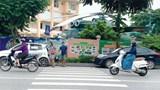 [Điểm nóng giao thông] Điểm tập kết xe rác cản lối người đi bộ