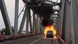 Hà Nội: Ô tô Range Rover bốc cháy dữ dội trên cầu Chương Dương