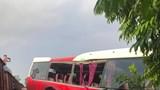 [Video] Tàu hỏa tông xe khách chở học sinh tại Hà Nội