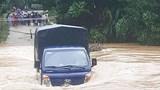 Xe tải bị nước lũ cuốn trôi khi đi qua đập tràn
