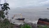 Tàu lạ trôi dạt vào bờ biển Lăng Cô đã bị sóng đánh gãy đôi