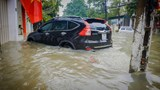 """TP Hà Tĩnh: Nhiều tuyến đường ngập sâu, """"xế hộp"""" ngâm mình trong biển nước"""