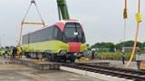 Cận cảnh thao tác đưa đoàn tàu đường sắt Nhổn - Ga Hà Nội lên ray
