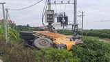Ô tô tải mất lái đâm hỏng trạm biến áp