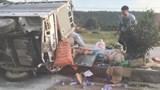 Xe chở đồ cứu trợ lũ lụt bị lật, tài xế nguy kịch