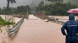 Cầu sắt bị lũ cuốn trôi ở Kon Tum