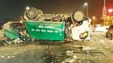 Lật xe chở rác trên cầu Nhật Tân